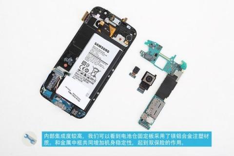 カバーを外すとバッテリーかと思いきや、ミドルフレームがあり、ネジを外さなければなりません。そしてさらに NFC アンテナ用のシートがあり、それも外すせば